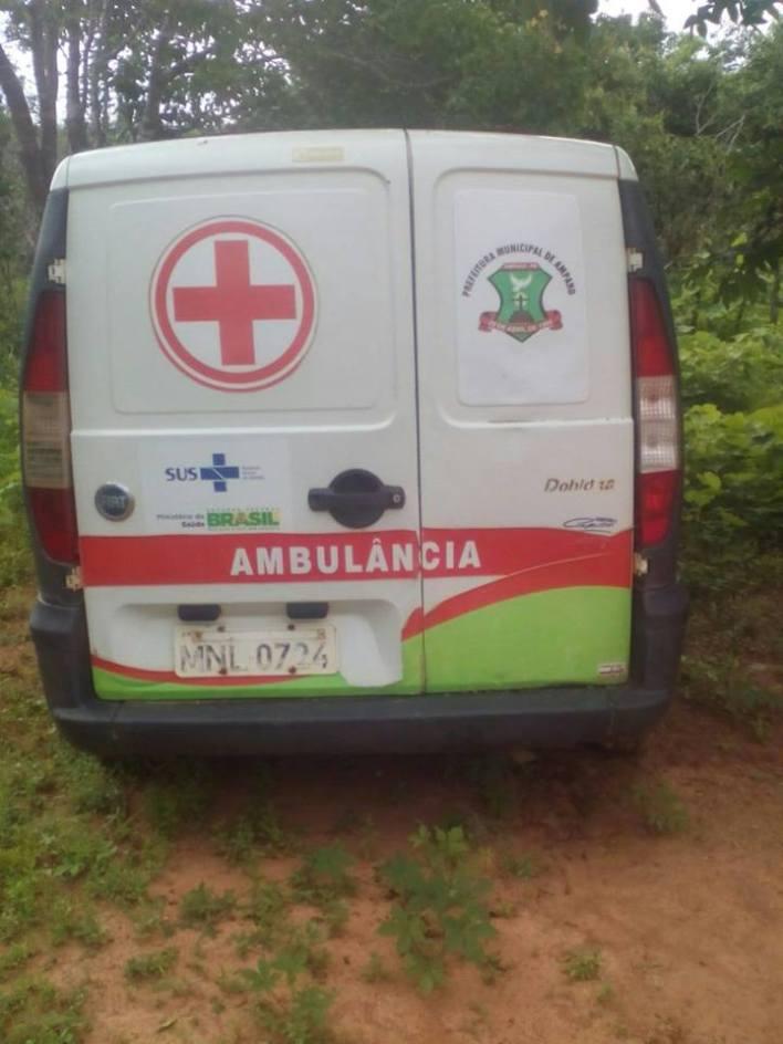Amparo03 Descaso na Saúde: Prefeitura de Amparo abandona ambulância na zona rural e o mato toma conta.