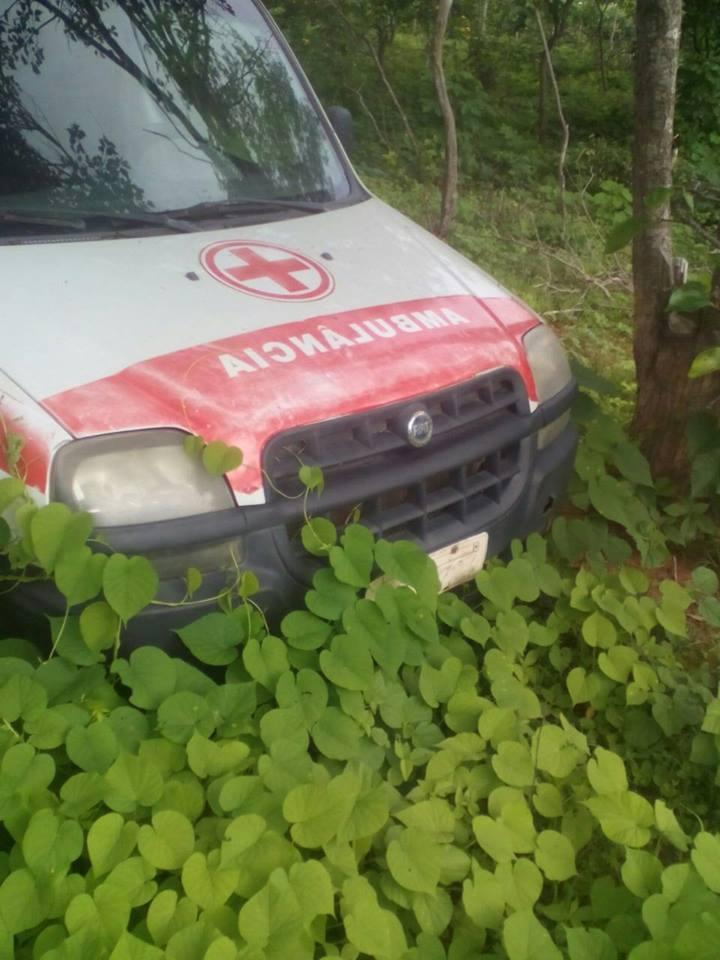 ambulancia-amparo-1.jpg02-1 Descaso na Saúde: Prefeitura de Amparo abandona ambulância na zona rural e o mato toma conta.