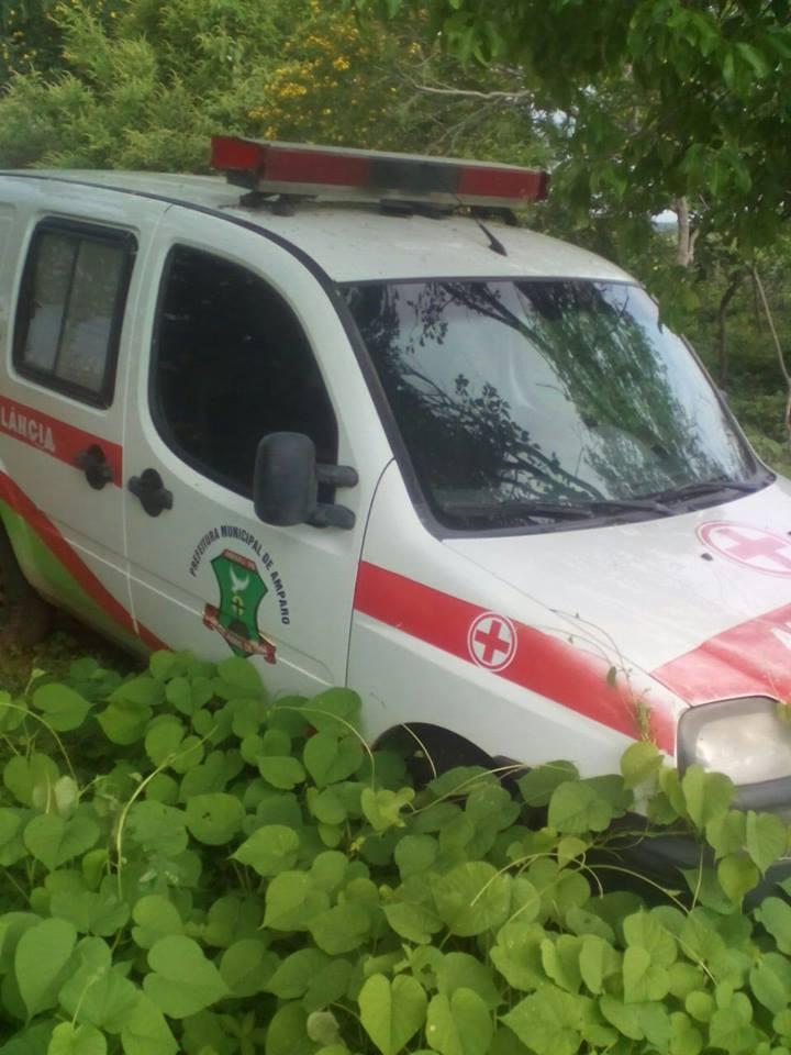 ambulancia-amparo Descaso na Saúde: Prefeitura de Amparo abandona ambulância na zona rural e o mato toma conta.