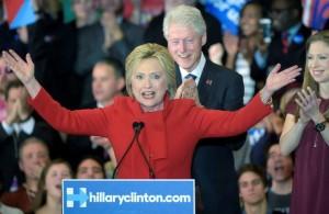 hillaryclintonprimariasiowaefe-300x195 Hillary empata com Sanders, e Cruz supera Trump no Iowa
