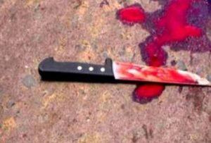 1435229299349-faca-300x203 Homem leva duas facadas de companheira depois de flagrar ela com outro