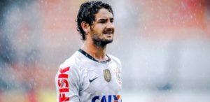 09fev2013-alexandre-pato-que-comecou-o-jogo-no-banco-toma-chuva-no-segundo-tempo-contra-o-sao-caetano-no-pacaembu-1360444939170_615x300-300x146 Pato deixará Corinthians com 2 títulos e prejuízo de R$ 62 milhões ao clube