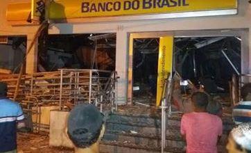 Criminosos destroem banco em explosão e fogem usando carro de prefeitura, na Grande JP 6