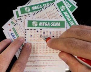 megasenaacu27-310x245-300x237 Acumulada, Mega-Sena pode pagar hoje R$ 38 mi