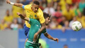 """neymar-disputa-jogada-em-brasil-x-iraque-1470623020488_v2_900x506-300x169 Seleção sente pressão, só empata de novo e sofre """"chuva de vaias"""" no DF"""
