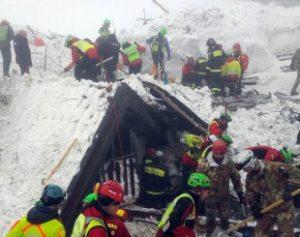 italia-avalanche-300x237 Número de mortos em hotel soterrado na Itália sobe para 23