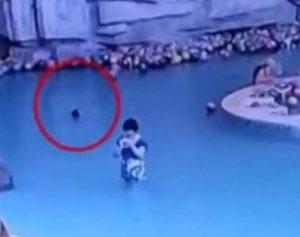 mae-310x245-300x237 Mãe se distrai mexendo em celular e criança se afoga em piscina