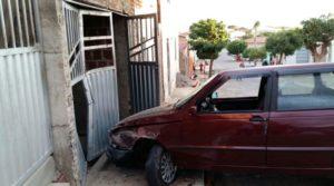 carro-colide-em-sume-300x167 Carro colide contra casa e deixa motorista ferido em Sumé