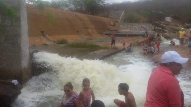 20170312_140420-1024x576 Centenas de pessoas visitan Barragem de São José no município de Monteiro neste Domingo.