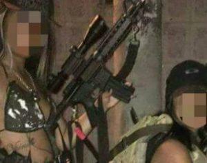 bandivas-1-310x245-300x237 Polícia investiga bandidas gatas que aparecem em fotos ostentando armas