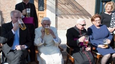 Bento XVI comemora 90 anos bebendo cerveja com convidados 3