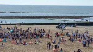 adolescente-hospitalizado-apos-briga-na-praia-300x169 Adolescente é hospitalizado após briga envolvendo 50 pessoas no Reino Unido