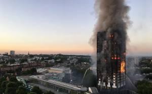 Grande incêndio atinge prédio residencial e deixa mortos em Londres 1