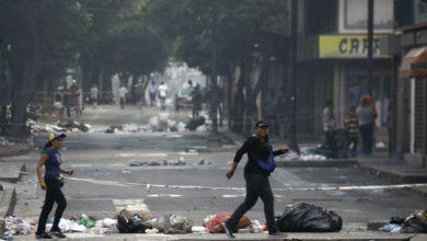 Caracas sofre com lixo, violência, barricadas em ruas e falta de produtos 3
