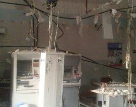 Grupo explode agência bancária e faz moradores reféns 5