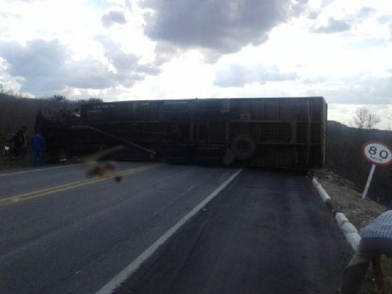 caminhao-virado-santa-luzia-556x417 Caminhão tomba e bloqueia trânsito na BR-230