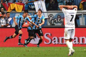 ac2aff39ef3437c1c5122dd66bb0db40-300x200 Próximo do tri, Grêmio abre vantagem sobre o Lanús na decisão