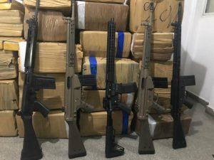 1515756913036-fuzis-e-drogas-300x225 Perseguição policial interestadual termina com apreensão de quase 1t de droga e cinco fuzis