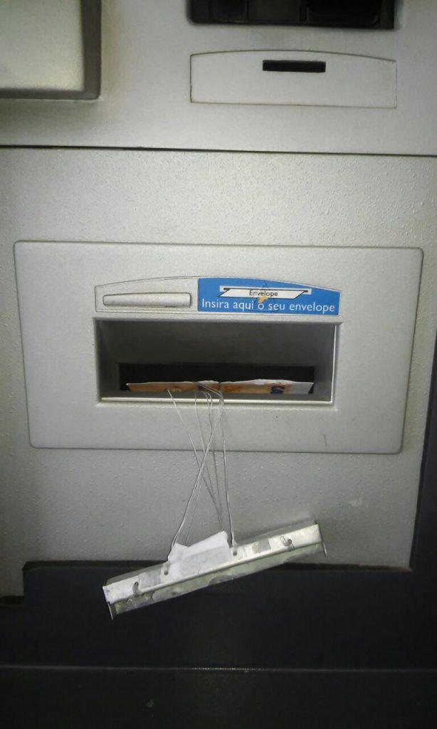 caixa-monteiro-614x1024 Clientes encontram 'chupa-cabras' em caixa eletrônico em Monteiro.