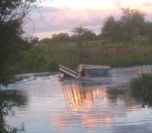 carro-cai-no-rio-são-francisco-300x263 Homem perde controle de veículo e cai no Rio Paraíba em Monteiro.