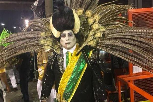 entrete-presidente-vampiro-paraiso-tuiuti Beija-Flor é a campeã do Carnaval 2018 no Rio de Janeiro; Tuiuti fica vice