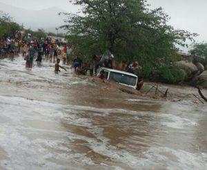 veiculo-arrastado-pelas-aguas-sao-joao-do-tigre-300x246 Carro é arrastado pela força da água em cidade do Cariri.