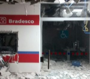 bradesco-salgado-de-sao-felix-300x263 EXPLOSÃO A BANCO: Quadrilha fortemente armada explode Bradesco e Correios na Paraíba