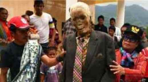toraja Mortos são acordados a cada 3 anos para trocar de roupa