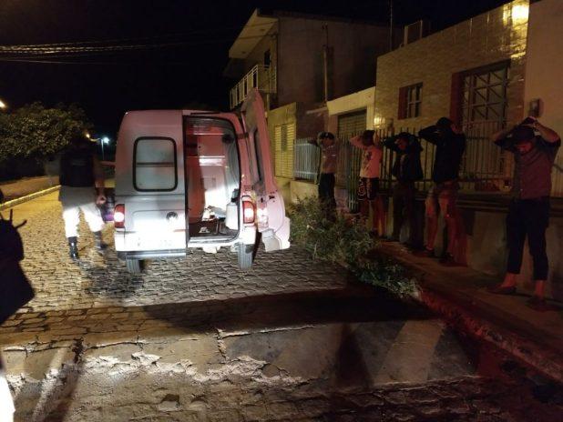 ambulancia-com-bandidos-1024x768 Polícia prende suspeitos de integrar quadrilha de roubo de cargas no Cariri em uma Ambulância