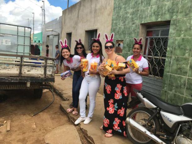 """galega-01 """"A Galega"""" Andreia Viana realiza distribuição de chocolate no domingo de páscoa em Monteiro"""