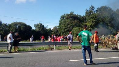 Carro fura bloqueio do MST na BR-101 e ocupante atira contra manifestantes 5