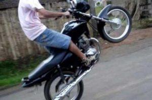 seringueiras-menor-empina-moto-na-frente-da-pm-e-tem-motocicleta-apreendida-apos-empreender-fuga666x340_4412aicitonp18dq5n8h7e5k8cmot5jf433e1-300x198 Juiz de Serra Branca quer coibir uso irregular de motocicletas por menores de idade