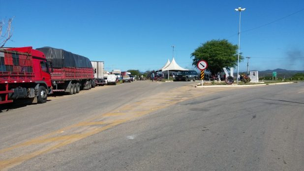 20180523_084954-1024x576 Em Monteiro: Caminhoneiros ocupam rodovias em protesto contra preço de combustíveis