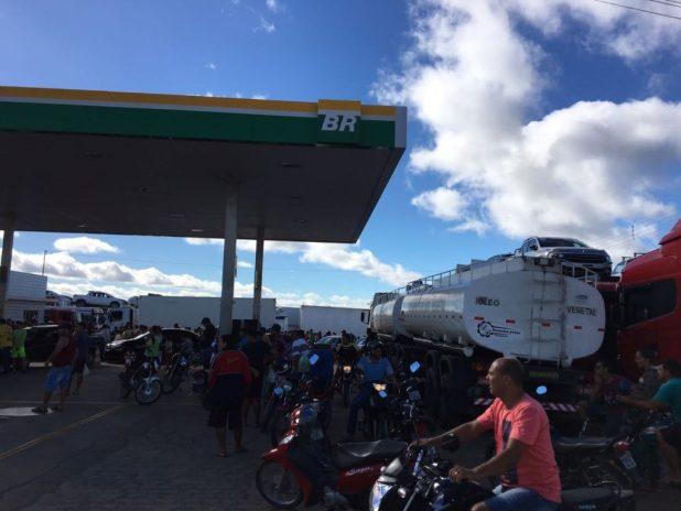 IMG-20180530-WA0134-1024x768 Motoristas enfrentam filas para abastecer em postos de gasolina em Monteiro