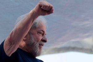 lula-preso-300x200 Defesa de Lula concorda com pedido da Folha, UOL e SBT para sabatiná-lo na prisão