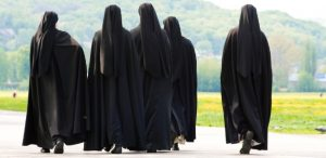 freiras-religiosas-caminhada-1448898574988_615x300-300x146 Após décadas de silêncio, freiras enfrentam tabu e relatam abusos de padres