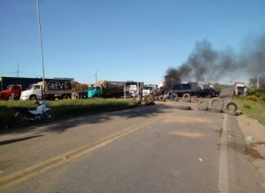 greve-dos-caminhoneiros-em-monteiro-300x218 Câmara aprova MPs que governo negociou com caminhoneiros para encerrar greve