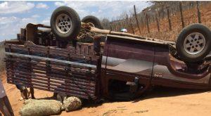 d20-300x165 Caminhonete vira na zona rural de Barra de São Miguel e deixa 4 pessoas feridas
