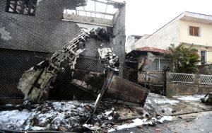aviao2-300x188 Avião de pequeno porte cai sobre casas em SP, deixa 2 mortos e feridos