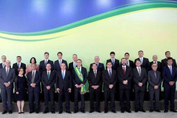 ministros_e_bolsonaro-520x347 Bolsonaro se reúne com ministros nesta terça