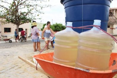 """agua-que-a-prefeitura-de-santana-do-matos-oferece-a-populacao-e-amarelada-520x347 Cobrança """"abusiva"""": População reclama por pagar quase R$ 70,00 de taxa d'água sem ter em Monteiro"""