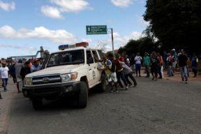 confronto_fronteira_brasil_venezuela_foto_ricardo_moraes-reuters-520x347 Morre terceiro indígena ferido em confronto na Venezuela