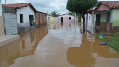 Açude estoura e água volta a invadir casas em cidade da PB 5