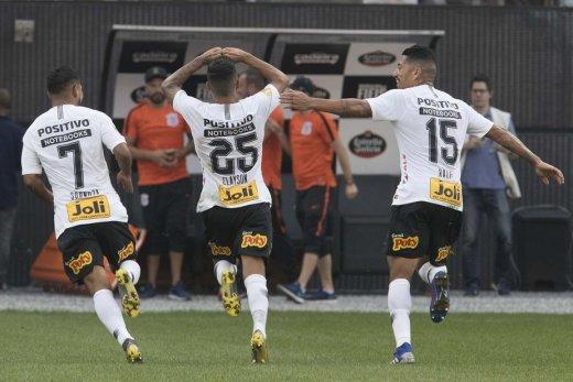 a4259f151145-520x347 Corinthians tira Santos nos pênaltis e vai à 3ª final seguida