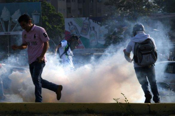 confronto_venezuela-585x390 Blindados avançam contra multidão em ato contra Maduro em Caracas