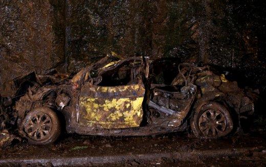 taxi-destruido-520x326 Delegada confirma morte de avó, neta e motorista em táxi soterrado perto do Rio Sul