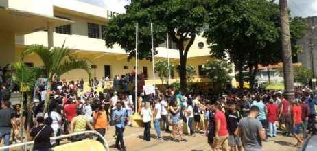 Estudantes protestam na Capital contra corte nas universidades 1