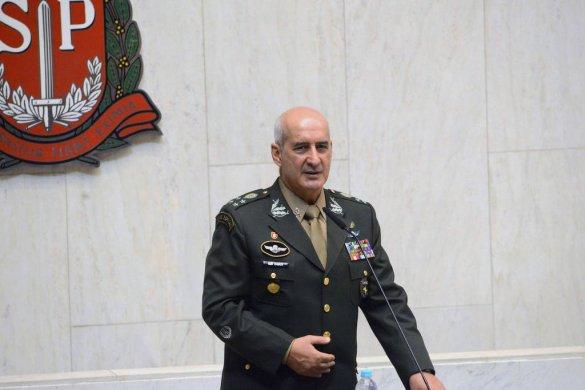 15604783775d0302a9e02f2_1560478377_3x2_lg-585x390 Substituto de Santos Cruz é chefe de militar da ativa mais próximo de Bolsonaro