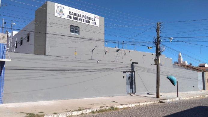 IMG-20190612-WA0190-693x390 Exclusivo: Pente fino localiza vários celulares na cadeia pública de Monteiro