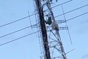 Sem-título-5 Homem arma rede e se deita no alto de antena